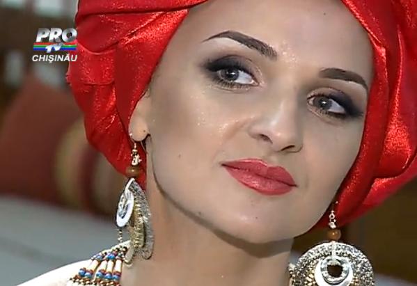 Sorina Obreja, cu turban pe cap și în rochie în stil african!