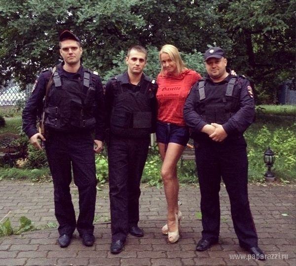 Anastasia Volocikova și-a ieșit din minți! Nu și-a ascuns sfârcurile nici în fața polițiștilor!