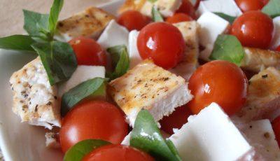 Salată cu piept de pui și roșii cherry