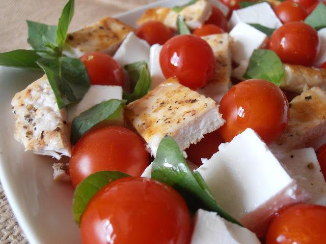 Foto: Salată cu piept de pui și roșii cherry