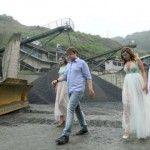 Foto: Lui Evgheni Hudorojcov i-a trecut prin cap așa ceva! Modelele lui au defilat la o carieră de nisip!