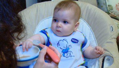 Vera Terentiev și  Răzvănel testează primul terci din viața bebelușului!