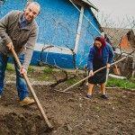 """Foto: Anatol Durbală: """"Și acum mă gândesc la cartofii prăjiți de mama, pe fugă, care prind crustă cafenie… """""""