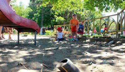 Atenţie părinţi! Nisipul din spaţiile de joacă este plin de bacterii şi paraziţi periculoşi