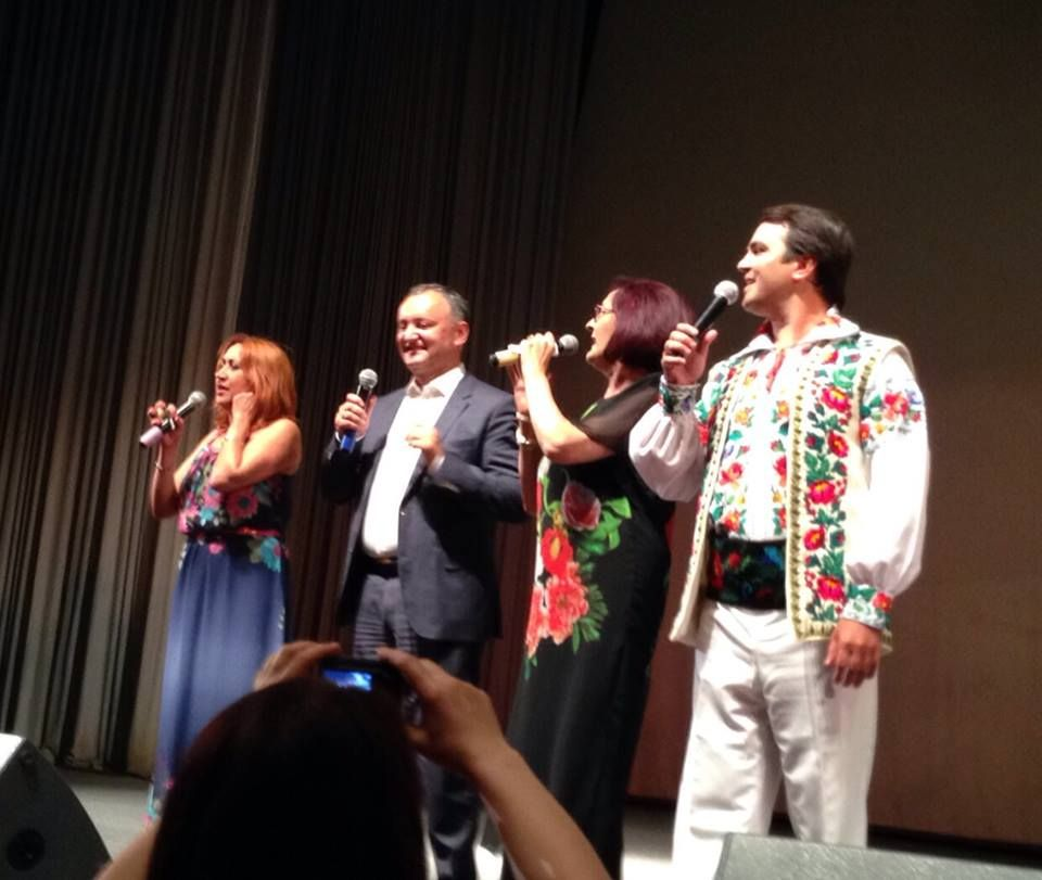 În acest weekend, Olga Ciolacu, Silvia Grigore și Igor Cuciuc au susținut un concert la Moscova, organizat cu sprijinul lui Igor Dodon. Evident, internauții nu au putut să se abțină de la comentarii și au notat toate cuvântările pe care le-au ținut interpreții pe scenă.