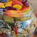 Foto: Mic dejun sănătos cu grâu, semințe, fructe uscate, prune și piersici