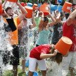 Foto: Și-au turnat apă în cap și au adunat peste 30 mln dolari!