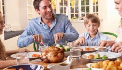Obiceiuri la cină care te îngraşă