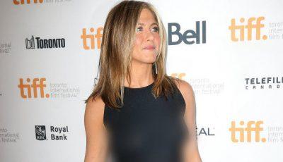 Jennifer Aniston, cu sfârcurile la vedere pe covorul roșu!