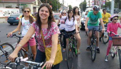 """""""Fetele pe biciclete"""" au pedalat 6 km pe străzile capitalei pentru o cauză nobilă!"""