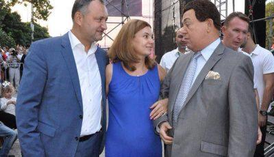 Igor Dodon și-a scos soția însărcinată la paradă!