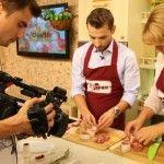 Foto: Vezi cine cântă în bucătăria lui Vitalie Dani!