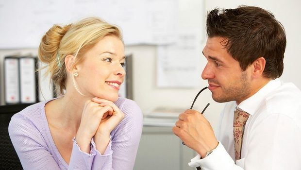 6-metode-de-flirt-pe-care-le-folosesc-barbatii-si-pe-care-femeile-nu-le-observa