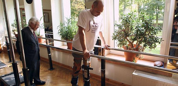 Foto: Un bărbat paralizat a reușit să meargă din nou datorită unui tratament inovator