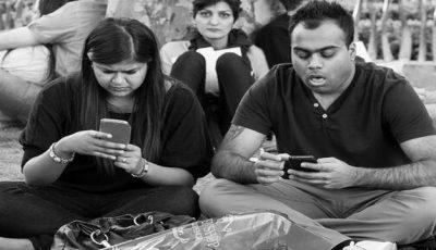 Detaliu ce apare în fiecare poză cu oameni obsedați de telefoanele lor
