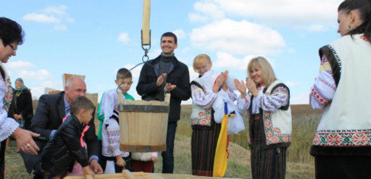 Foto: Fântâna Cadânei a fost restaurată din donațiile oamenilor!