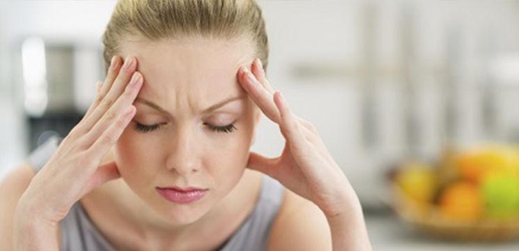 Foto: Cum să înlături cefaleea şi durerile menstruale făcând presopunctură