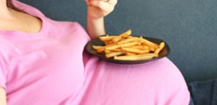 Foto: Alimentele prăjite în meniul femeii – pericol pentru sarcină şi fat!