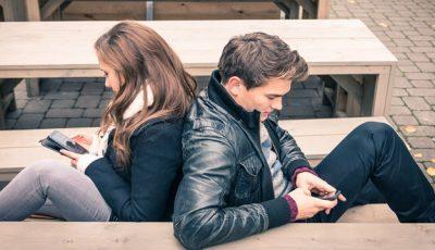 Folosirea telefoanelor inteligente distruge viaţa intimă a cuplurilor