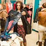 Foto: Olga Blanc și Ana Ciorici își vând hainele. Ploaia nu le-a împiedicat pe shopaholice  să vină la târg!