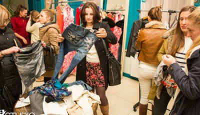 Olga Blanc și Ana Ciorici își vând hainele. Ploaia nu le-a împiedicat pe shopaholice  să vină la târg!