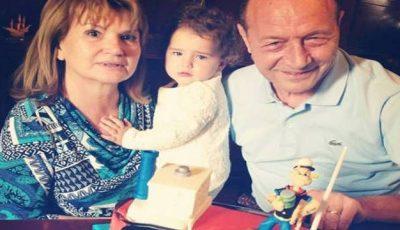 Traian Băsescu sărbătoreşte 39 de ani de căsnicie. Vezi cum arăta în rol de mire!