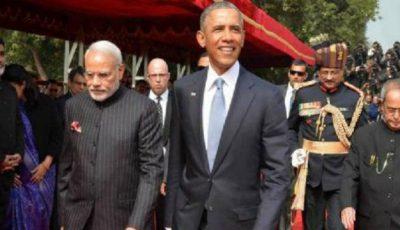 Premierul Indiei și-a inscripționat numele de sute de ori pe costum!