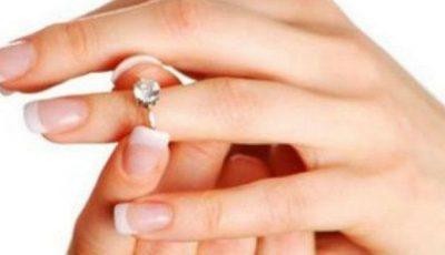 Cum să scoți un inel care s-a blocat pe deget!