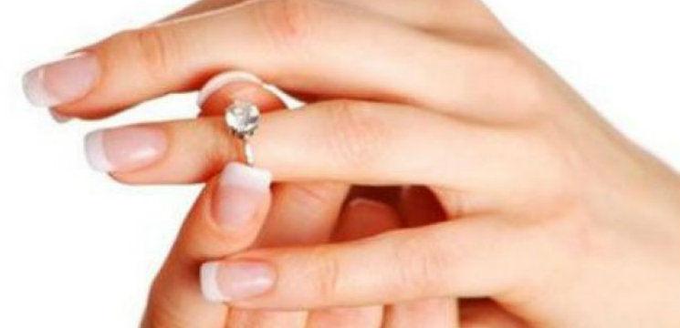 Foto: Cum să scoți un inel care s-a blocat pe deget!