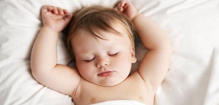 Foto: În ce poziţie trebuie să culci bebeluşul