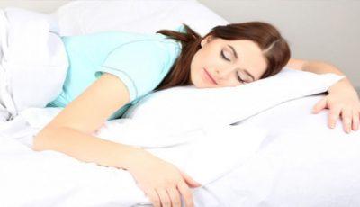 Cum îți afectează sânii poziția în care dormi