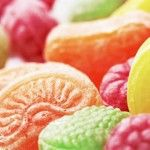 Foto: Un colorant periculos folosit la prepararea bomboanelor de culoare roşie