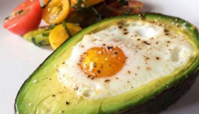Ouă în avocado – gustos şi sănătos!