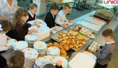 Ce mănâncă copiii în școlile din Moldova!