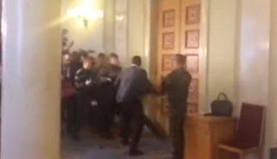 Parlamentarii ucraineni și-au spart nasurile în fața jurnaliștilor!