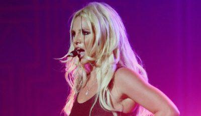 Britney Spears își pierde podoaba capilară chiar la concerte!