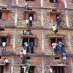 Foto: Părinţi, căţăraţi pe blocuri ca să transmită fiţuici la examene