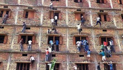 Părinţi, căţăraţi pe blocuri ca să transmită fiţuici la examene