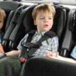 Foto: Ce greșeli fac părinții când pun copiii în scaunul auto