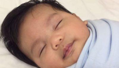 Cum îşi adoarme o mămică bebeluşul în 60 de secunde