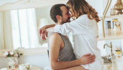 Sex în bucătărie. Cinci poziții pentru un orgasm garantat