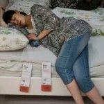 Foto: În Beijing, poți dormi pe canapelele din magazin!