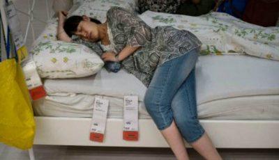 În Beijing, poți dormi pe canapelele din magazin!