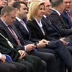 Foto: Gafă vestimentară de proporții. Prim-ministrul, în ciorăpei cu romburi mov!