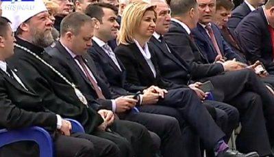 Gafă vestimentară de proporții. Prim-ministrul, în ciorăpei cu romburi mov!