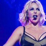Foto: Britney Spears a căzut pe scenă!