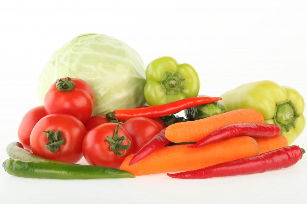 etables_bunch_carrots_tomatoes_peppers_cabbage_white_background_78195_5616x3744