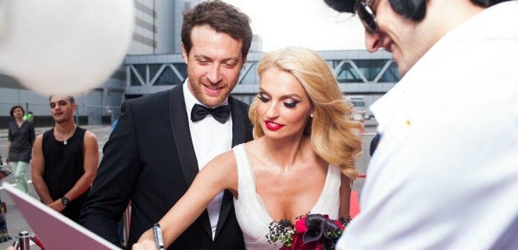 """Foto: Blonda din trupa """"Fabrika"""" a îmbrăcat rochia de mireasă!"""