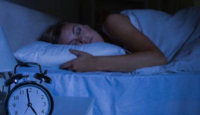 Trucul care te ajută să adormi rapid, după ce ai pus capul pe pernă