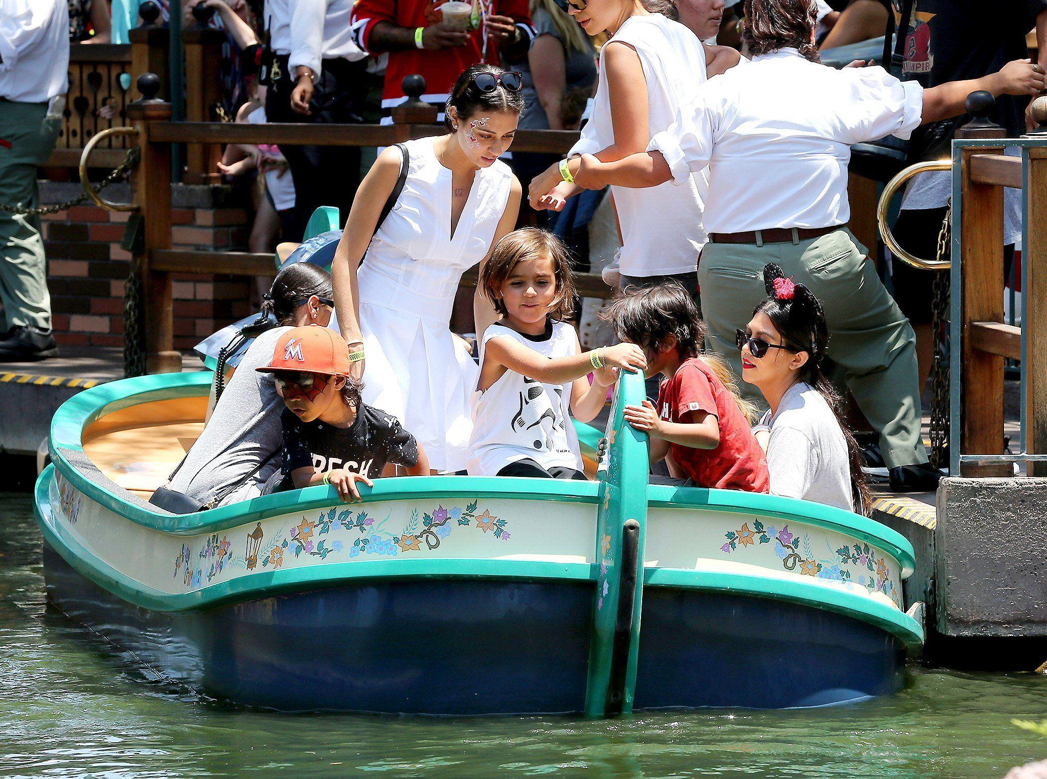 725da620-13b0-11e5-b11d-977286096085_Kim-Kardashian-family-Disneyland